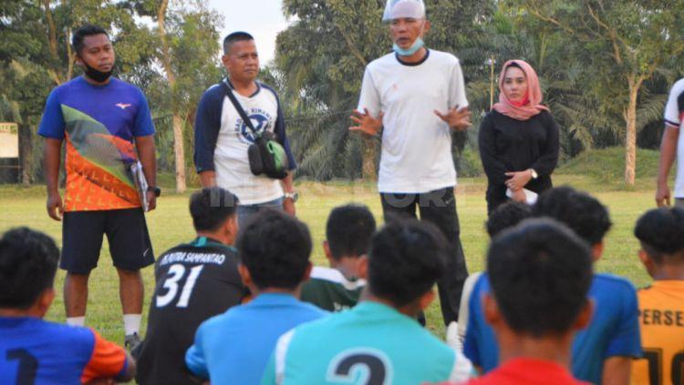 Pelatih Batubara Bisa FC, Suharto AD (baju putih), didampingi Presiden klub, Sri Wahyuni (baju hitam), saat memberikan arahan kepada peserta seleksi. Copyright: © Aldi Aulia Anwar/INDOSPORT