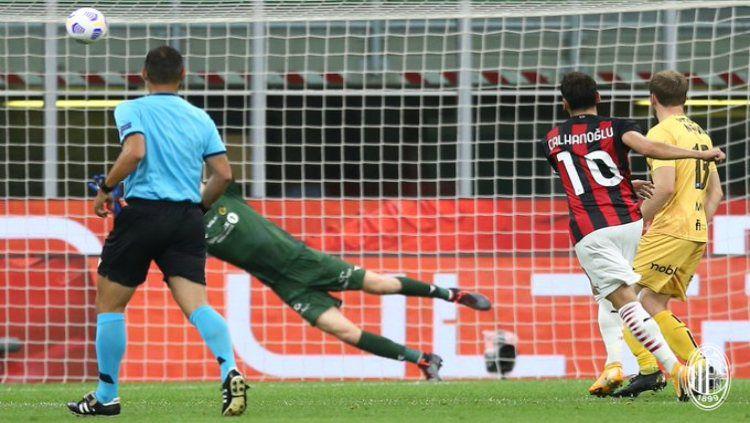 Hakan Calhanoglu mencetak gol untuk AC Milan Copyright: © twitter.com/acmilan