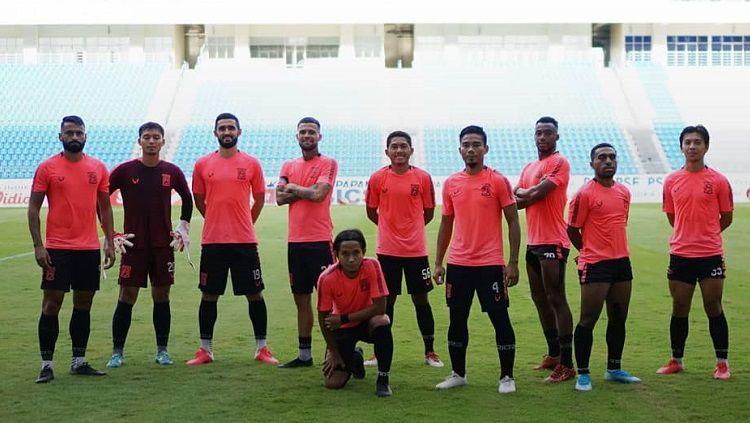 Para pemain Borneo FC berpose usai latihan menjelang kick-off lanjutan Liga 1 2020. Copyright: © Borneo FC