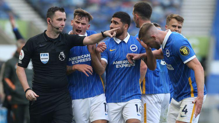 Chris Kavanagh mendapatkan protes dari pemain Brighton Copyright: © Matthew Peters/Manchester United via Getty Images