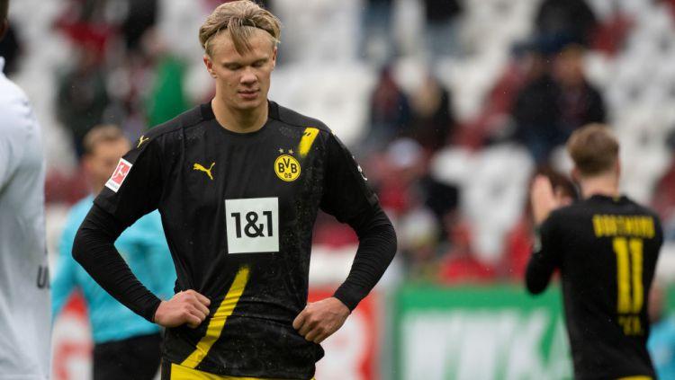 Erling Haaland tertunduk lesu usai Borussia Dortmund kalah dari Augsburg Copyright: © Matthias Balk/picture alliance via Getty Images