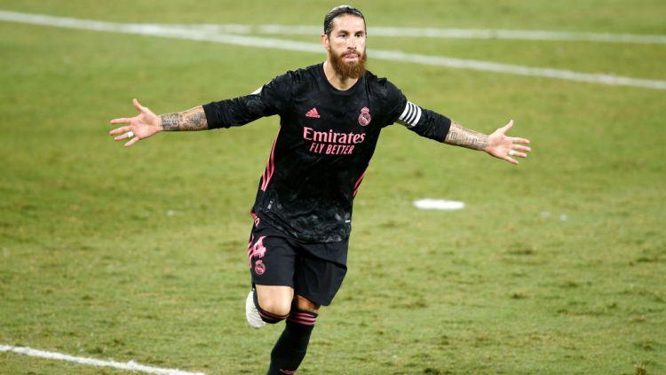 Sergio Ramos melakukan selebrasi usai mencetak gol untuk Real Madrid ke gawang Real Betis Copyright: © Fran Santiago/Getty Images