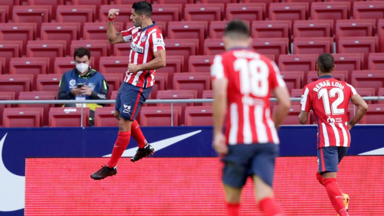 Selebrasi Luis Suarez usai mencetak gol dalam laga Atletico Madrid vs Granada Copyright: © David S. Bustamante/Soccrates/Getty Images