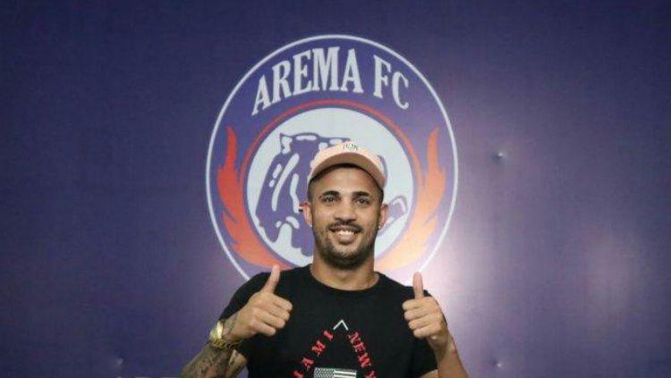 Defender asing Arema FC, Caio Ruan Lino De Freitas mengaku cukup diuntungkan dari status kompetisi Liga 1, yang ditunda hingga satu bulan ke depan. Copyright: © Official Arema FC