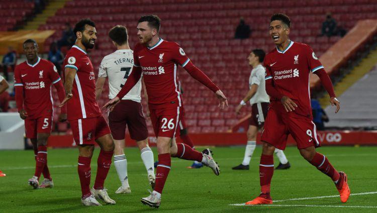 Andy Robertson (tengah) melakukan selebrasi usai mencetak gol di laga Liverpool vs Arsenal Copyright: © John Powell/Liverpool FC via Getty Images