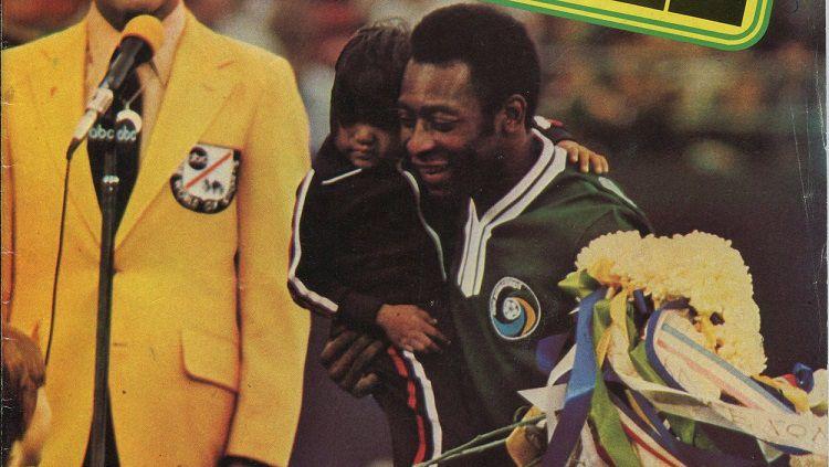 Edson Arantes do Nascimento alias Pele dalam laga perpisahannya di New York, Amerika Serikat, 1 Oktober 1977. Copyright: © World Soccer Magazine