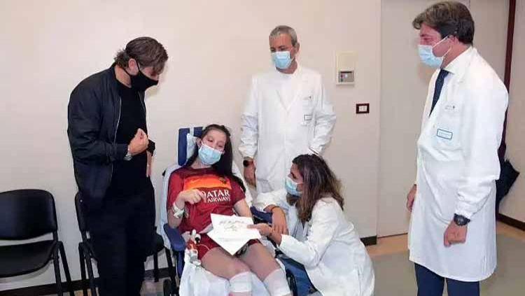 Legenda hidup AS Roma, Francesco Totti mengunjungi seorang wanita bernama Ilenia Matilli, yang akhirnya sadarkan diri setelah koma kurang lebih 11 bulan. Copyright: © sentinelassam