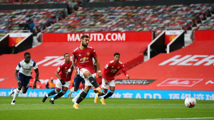 Proses gol Bruno Fernandes pertama timnya dari titik penalti pada laga Liga Premier antara Manchester United vs Tottenham Hotspur, Minggu (04/10/20). Copyright: © Alex Livesey/Getty Images