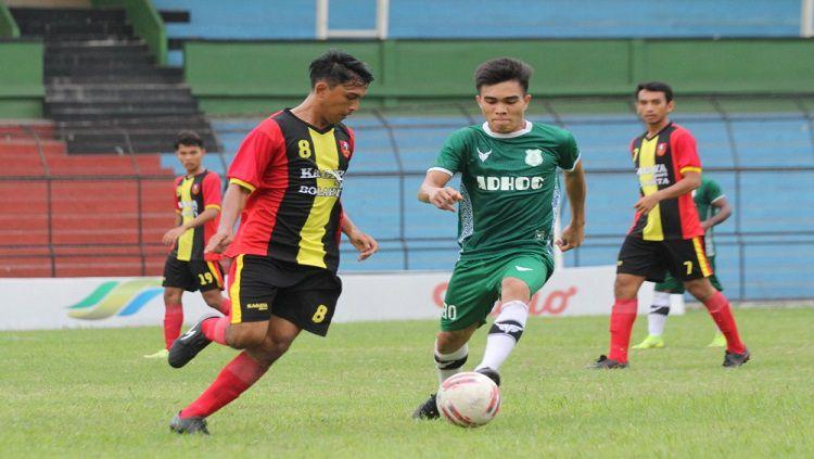 Pemain PSMS Medan, Paulo Sitanggang (baju hijau), saat melakoni laga uji coba di Stadion Teladan, Medan, beberapa waktu lalu. Copyright: © Aldi Aulia Anwar/INDOSPORT