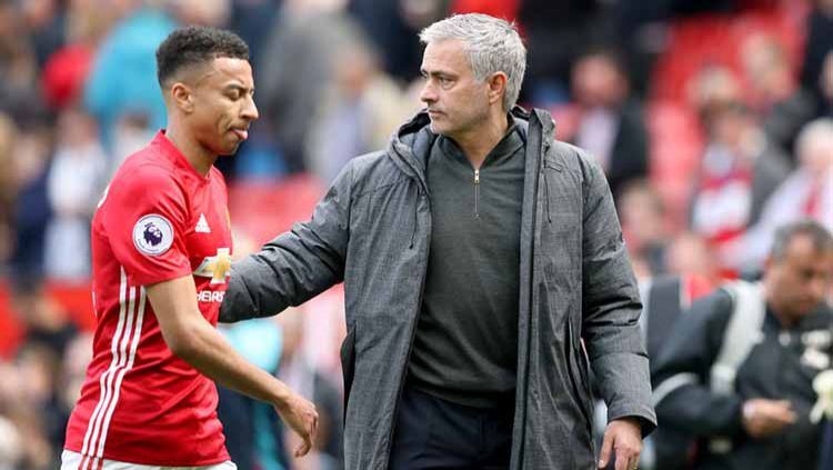 Jose Mourinho dan Jesse Lingard saat masih menangani Manchester United 2017. Copyright: © Martin Rickett/PA Images via Getty Images
