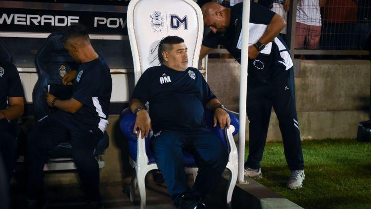 Diego Maradona harus melakukan isolasi mandiri setelah pengawalnya terpapar virus corona. Copyright: © Marcelo Endelli/Getty Images