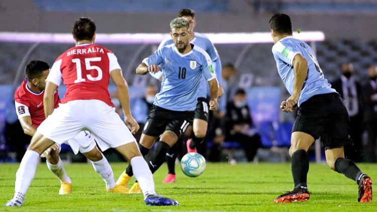 Giorgian De Arrascaeta mengontrol bola pada pertandingan antara Uruguay dan Chile kualifikasi Piala Dunia FIFA 2022. Copyright: © Ernesto Ryan/Getty Images