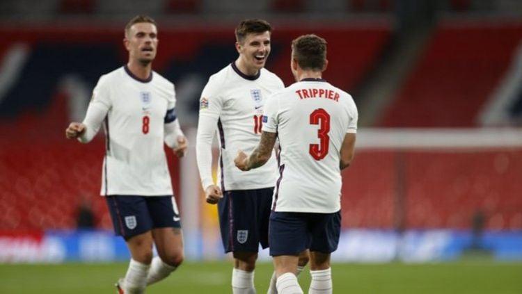 Jordan Henderson (kiri) dianggap egois bela Timnas Inggris arahan Gareth Southgate jelang lakoni Euro 2020. Copyright: © Twitter @England