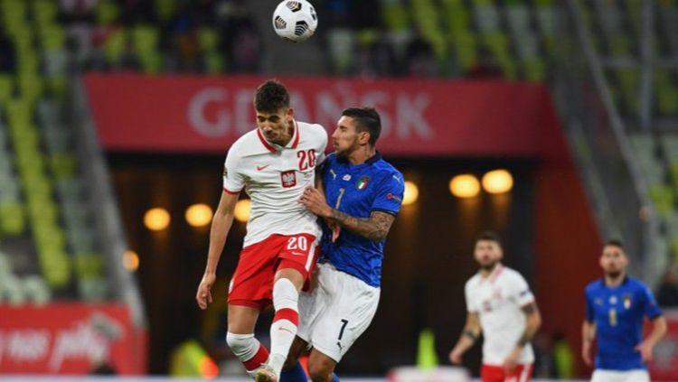 Duel sengit antara pemain Italia dengan Polandia di UEFA Nations League Copyright: © Twitter @azzurri