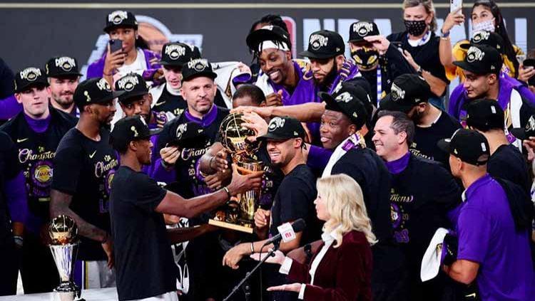 LA Lakers merayakan dengan trofi usai memenangkan Final Kejuaraan NBA antara LA Lakers vs Miami Heat, Minggu (11/10/2020). Copyright: © Douglas P. DeFelice/Getty Images