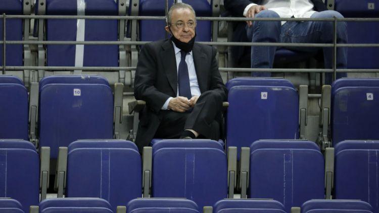 Florentino Perez, presiden Real Madrid saat duduk di kursi penonton Santiago Bernabeu Copyright: © Burak Akbulut/Anadolu Agency via Getty Images