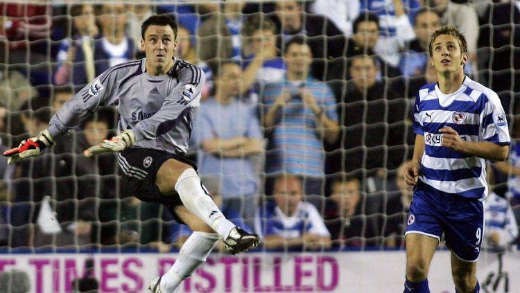 Kapten Chelsea, John Terry, terpaksa menjadi kiper dalam pertandingan Liga Inggris kontra Reading, 14 Oktober 2006. Copyright: © Twitter BBC