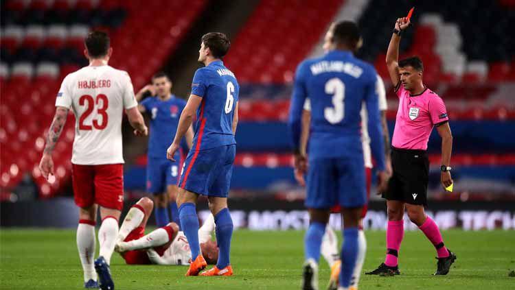 Maguire di kartu merah saat Inggris vs Denmark. Copyright: © Getty Images