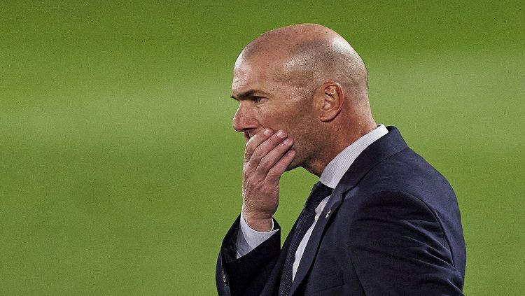 Zinedine Zidane terusir dari Real  Madrid jelang pertandingan LaLiga Spanyol kontra Osasuna kendati negatif idap Corona. Copyright: © Diego Souto/Quality Sport Images/Getty Images