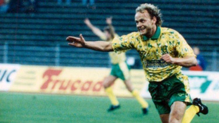 Gelandang Norwich City, Jeremy Goss, mencetak gol indah dalam pertandingan Piala UEFA kontra Bayern Munchen, 19 Oktober 1993. Copyright: © Norwich City