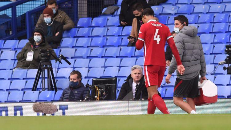 Virgil van Dijk pergi meninggalkan lapangan di laga Everton vs Liverpool Copyright: © John Powell/Liverpool FC via Getty Images