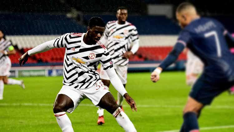 Axel Tuanzebe saat menghadapi Kylian Mbappe di laga Paris Saint-Germain vs Manchester United. Copyright: © Ash Donelon/Manchester United via Getty Images