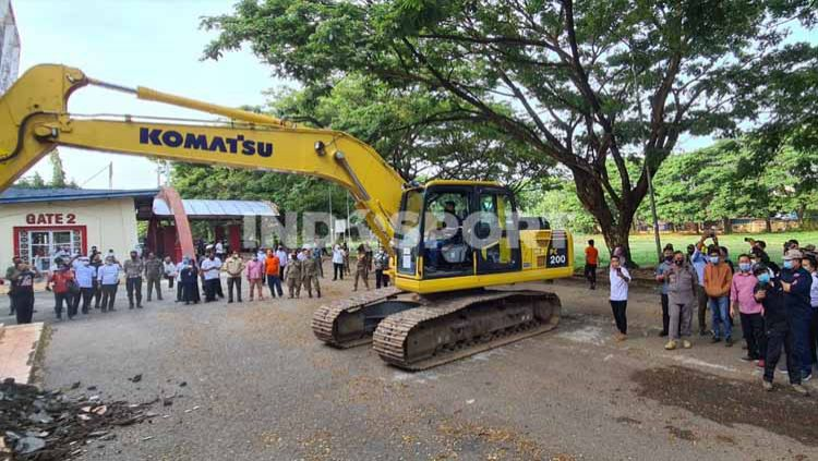 Renovasi Stadion Andi Mattalatta yang merupakan program dari Pemerintah Provinsi Sulawesi Selatan harus mangkrak akibat dugaan kasus korupsi oleh Gubernur Nurdin Abdullah. Copyright: © Adriyan Adirizky/INDOSPORT