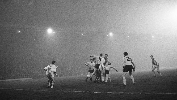 Laga Liga Champions yang dipenuhi kabut antara Liverpool vs Ajax Amsterdam di tahun 1966. Copyright: © Unknown/Mirrorpix/Mirrorpix via Getty Images