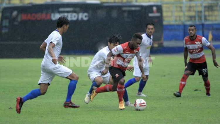 Laga uji coba antara Arema FC vs Madura United di Stadion Kanjuruhan Malang, Rabu (21/10/20). Copyright: © Ian Setiawan/INDOSPORT
