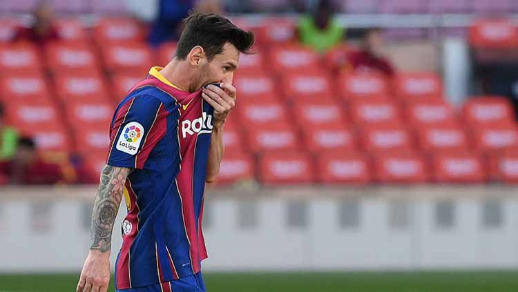 Lionel Messi tertunduk lesu usai Barcelona kalah dari Real Madrid. Copyright: © LLUIS GENE/AFP via Getty Images
