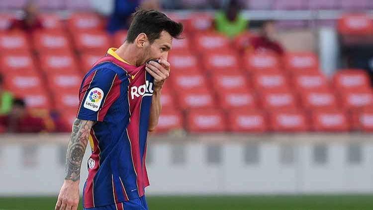 Lionel Messi bernafsu tinggalkan Barcelona, LaLiga Spanyol malah berikan ancaman kehancuran kariernya jika pilih Manchester City. Copyright: © LLUIS GENE/AFP via Getty Images