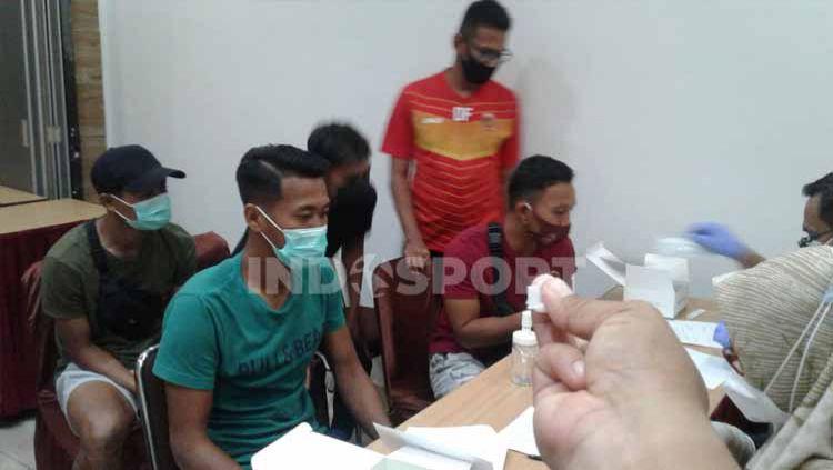 Skuad klub Liga 2 Sriwijaya FC melakukan Rapid Test Virus Corona di Hotel Majestic, Palembang, Sabtu (24/10/2020). Copyright: © Muhammad Effendi/INDOSPORT