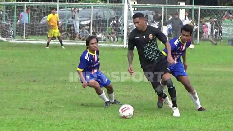 Klub Liga 2 Sriwijaya FC melakoni laga 'sarat emosi' melawan tim lokal PetroPALI FC di lapangan Baseball Jakabaring Sport City (JSC), Sabtu (24/10/2020). Copyright: © Muhammad Effendi/INDOSPORT