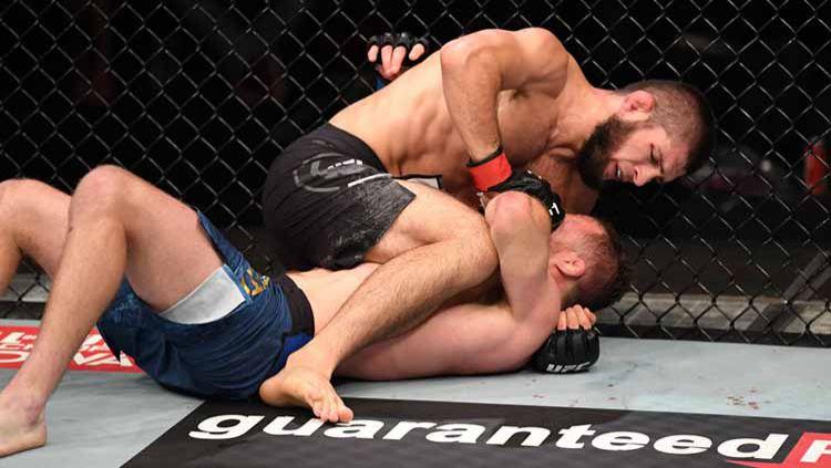 Kuncian Khabib membuat Gaethje menyerah dalam gelar UFC di Abu Dhabi, Uni Emirat Arab. Copyright: © Josh Hedges/Zuffa LLC via Getty Images
