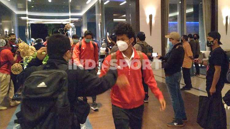 Suasana rombongan timnas Indonesia U-19 tiba di Hotel Fairmont pasca melakukan perjalanan jauh dari Kroasia. Copyright: © Zainal Hasan/INDOSPORT