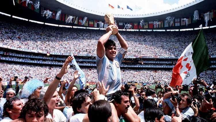 Diego Maradona saat angkat Trofi Piala Dunia 1986. Copyright: © Bob Thomas Sports Photography via Getty Images