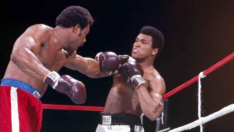 Dalam tinju, ada sebuah strategi bernama rope-a-dope yang diciptakan oleh Muhammad Ali dan berhasil membuatnya merebut sabuk juara dunia. Copyright: © Neil Leifer/Sports Illustrated via Getty Images