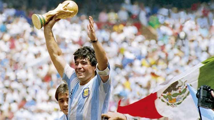 Diego Maradona saat Pegang Trofi Piala Dunia 1986. Copyright: © Archivo El Grafico/Getty Images