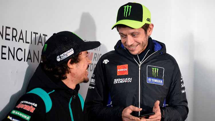 Valentino Rossi dan Franco Morbidelli. Copyright: © JOSE JORDAN/STR/AFP via Getty Images