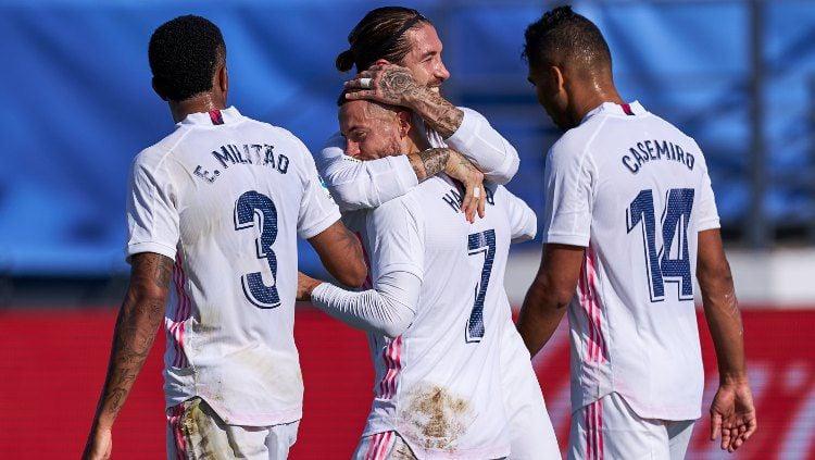 Skuat Real Madrid selebrasi usai Eden Hazard mencetak gol ke gawang Huesca di LaLiga Spanyol, Sabtu (31/10/20). Copyright: © Diego Souto/Quality Sport Images/Getty Images