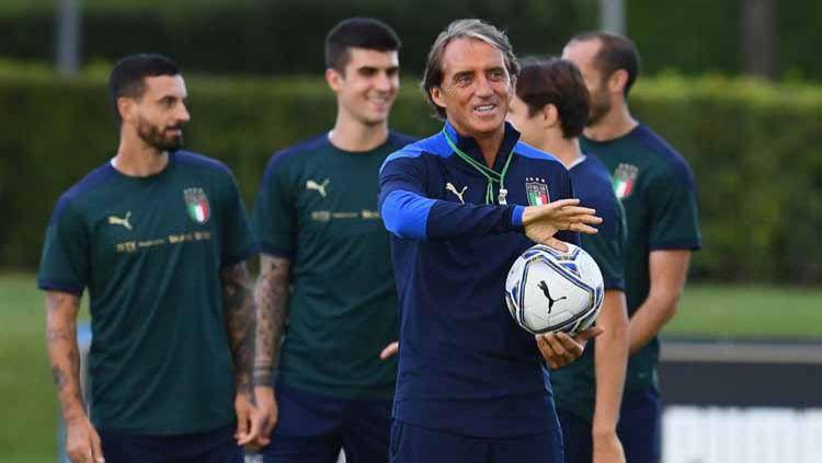 Roberto Mancini menjadi resep utama mengapa Timnas Italia seakan bangkit di level internasional dan tak terkalahkan dalam 22 laga terakhirnya. Copyright: © Claudio Villa/Getty Images