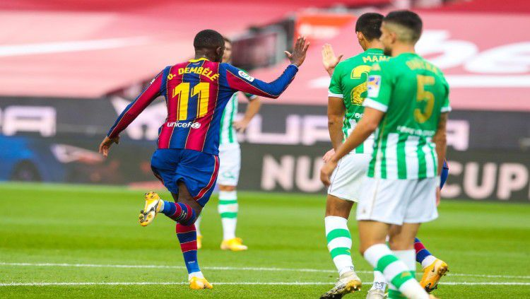 Ousmane Dembele merayakan gol yang ia buat ke gawang Real Betis Copyright: © twitter.com/FCBarcelona