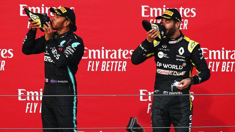 Tradisi Shoey yang dilakukan dua pembalap F1, Lewis Hamilton dan Daniel Ricciardo Copyright: © (Photo by Joe Portlock/Getty Images)