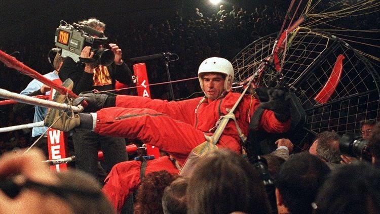 Laga tinju antara Evander Holyfield vs Riddick Bowe pada 1993 silam sempat diganggu oleh seorang pria bernama James Miller, yang menjuluki dirinya The Fan Man. Copyright: © Getty Images