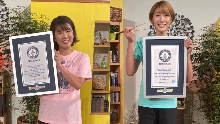 Atlet Jepang Mizuki Fujii dan Maiko Kano, mencatatkan rekor bulutangkis di Guinness World Records. Copyright: © Instagram/Mizuki Fujii