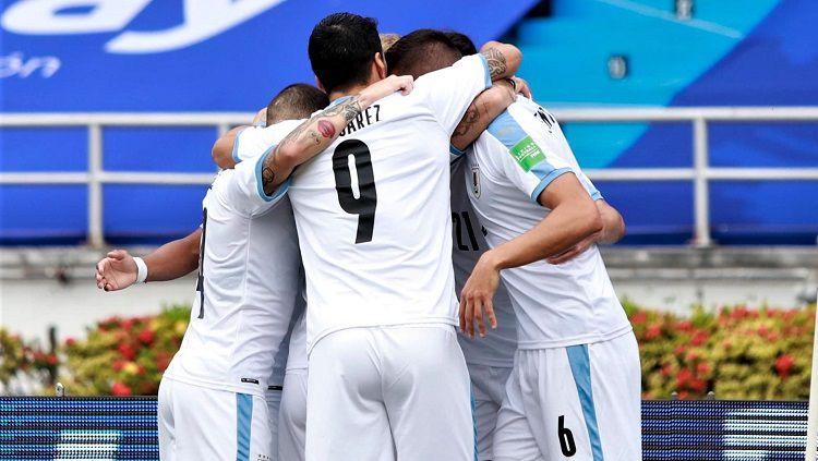 Selebrasi pemain Uruguay usai memetik kemenangan atas Kolombia di laga Kualifikasi Piala Dunia 2022, Jumat (13/11/20). Copyright: © Twitter Uruguay