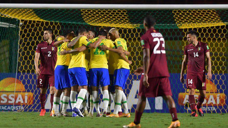 Timnas Brasil saat selebrasi gol pertama melawan Venezuela. Copyright: © (Photo by Nelson Almeida-Pool/Getty Images)
