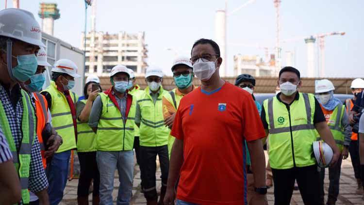 Gubernur DKI Anies Baswedan bersama tim Persija memantau pembangunan Jakarta International Stadium (JIS). Copyright: © Persija