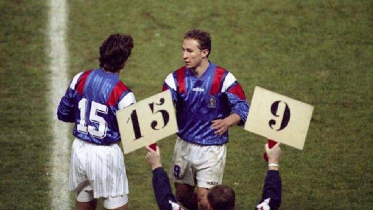 David Ginola masuk lapangan menggantikan Jean-Pierre Papin dalam pertandingan Kualifikasi Piala Dunia 1994 antara Prancis kontra Bulgaria, 17 November 1993. Copyright: © Twitter Shark Gutierrez