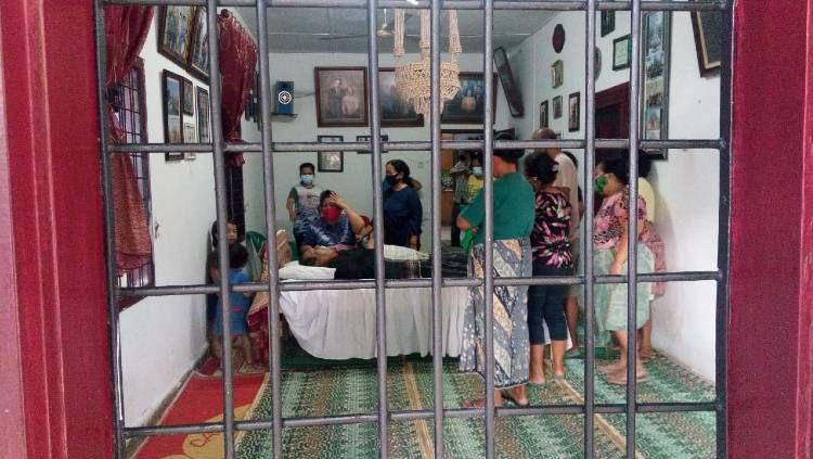 Almarhum legenda PSMS Medan, Parlin Siagian, saat disemayamkan di rumah duka di Medan, Senin (16/11/20) sore. Copyright: © Pewarta PSMS Medan